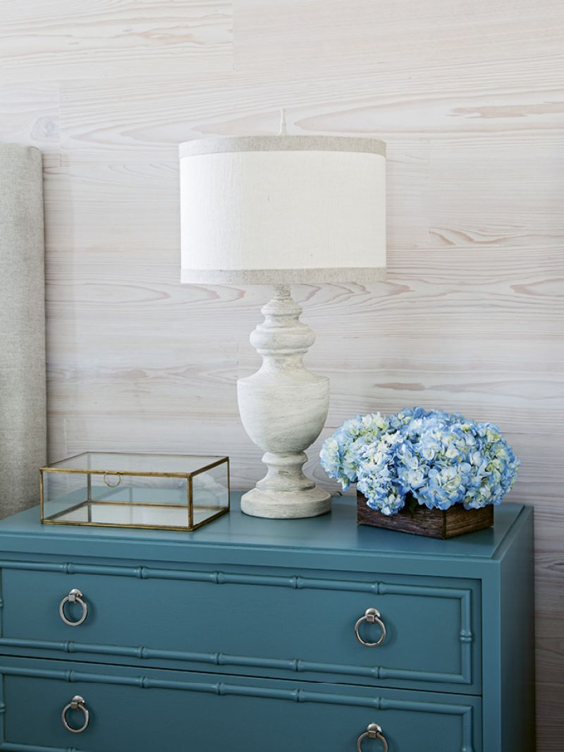 Staying true to the blue and neutral color scheme throughout the home declutters the space overall.
